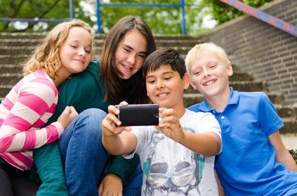 Kinder mit Computer und Internet